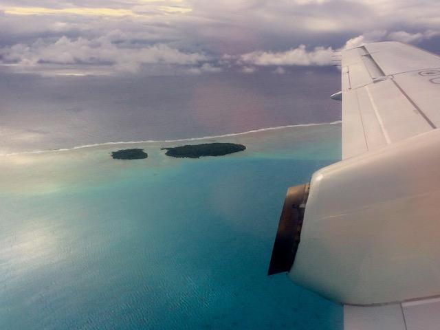 CI Flugzeug über Aitutaki