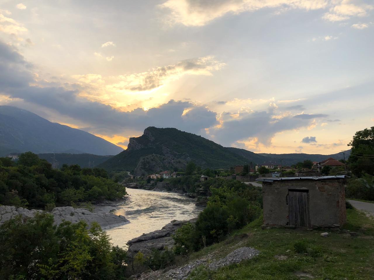 Albanien abends an der Vjosa