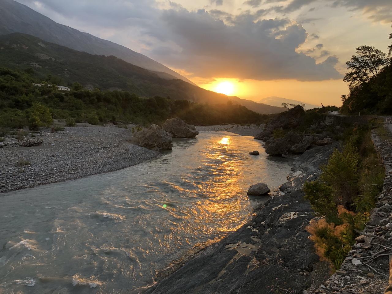 Albanien abends vjosa 2